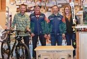 Die vier Erstplatzierten am Gabenschiessen Spiringen, die einen Hunderter platzierten: (von links) Sepp Herger (2.), Sieger Karl Bissig, Walti Kempf (3.) und Marion Zimmermann (4.). (Bild: Georg Epp (4. November 2017))
