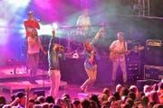 Brachten Stimmung auf den Arenaplatz: Lo & Leduc aus Bern mit ihrer Band. (Bild Christian H. Hildebrand)