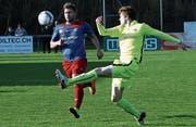 Der Chamer Stürmer Severin Dätwyler (links) schiesst am vergangenen Samstag gegen Zürich United das einzige Tor der Ennetseer. (Bild: Werner Schelbert (Cham, 25.AABB22März 2017))