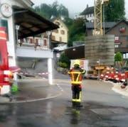 Die Schwyzer Feuerwehr im Einsatz im Dorfbach. (Bild: Leserbild Bote der Urschweiz)