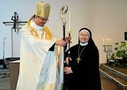 Eine herzliche Begegnung zum grossen Geburtstag: der Engelberger Abt Christian mit Äbtissin Pia. (Bilder Romano Cuonz)