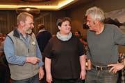 Präsident Erwin Spichtig (links) im Gespräch mit dem neuen Vorstandsmitglied Pia von Rotz und dem scheidenden Vorstandsmitglied Hanspeter von Rotz. (Bild: Richard Greuter (Sachseln, 22. März 2018))