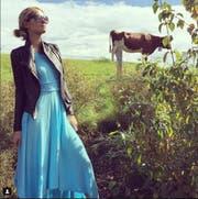 Paris Hilton posiert in Schindellegi vor einer Kuh. (Bild: Paris Hilton/Instagram)