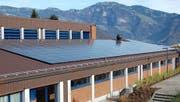 Seit Herbst 2013 in Betrieb: die Solaranlage auf dem Dach der Turnhalle in Buochs. Bild: PD