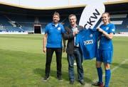 Thomas Bluntschli, Präsident der FCL Spitzenfussball Frauen, CKW-CEO Felix Graf und Kapitän Maria-Andrea Egli. (Bild: PD / Erwin von Moos)