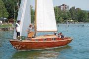 Urs Peter Blum (ganz rechts) präsentierte seine Yacht beim Barrique-Cup auf dem Zugersee. (Bild: Walter Rudin (Cham, 1. August 2017))