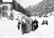 Fasnacht 1952: Weil meterhoch Schnee lag, wurden die Umzugssujets auf Hornschlitten durch das Dorf gezogen. (Bild: PD)