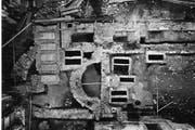 Blick von oben auf die Grabungsfläche im Innern der Pfarrkirche Kerns im Jahre 1964/65. In der Bildmitte sieht man die freigelegte Apsis (Bogen) der steinernen Vorgängerkirche. (Bild: pd)
