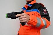 Ein Nidwaldner Kantonspolizist mit einem Taser: Das Gerät kommt zum Einsatz, wenn es keine anderen erfolgsversprechenden Mittel gibt. (Symbolbild Kapo NW)