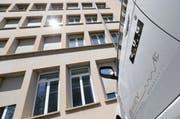 Eines der Elektroautos der Stadt Zug vor dem L&G-Gebäude, in das die gesamte Stadtverwaltung einziehen soll. (Bild: Stefan Kaiser / Neue ZZ)