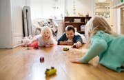 Nicht nur im kindlichen Spiel, sondern auch dann, wenn alle erwachsen sind, kann man innerfamiliär mal heftig «aneinanderputschen». (Bild: Getty)
