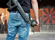 Ein Schütze im Emmental begibt sich fürs «Obligatorische» in den Schiessstand. (Bild: Martin Rütschi/Keystone)