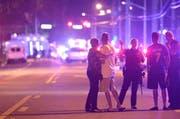 Während des Einsatzes am Sonntag Morgen weist eine Polizistin weg. (Bild: Keystone/AP/Phelan M. Ebenhack)