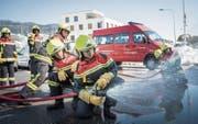 Wasser – Marsch: Vor dem Feuerwehrdepot in Abtwil trainieren 34 Jugendliche für den Ernstfall. (Bild: Ralph Ribi)