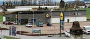 Die Rheintaler Filialen (hier Lüchingen) liegen in der Industrie-Gewerbezone. Weil also keine Wohnungen möglich sind, ist die Statik nicht auf weitere Etagen ausgelegt. (Bild: Gert Bruderer)