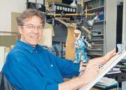 Cartoonist Andreas Buser in seinem Atelier. Schon als 10-Jähriger zeichnete Andreas Buser sein erstes Daumenkino. Fasziniert von den lebendig gewordenen Figuren skizzierte er in jeder freien Minute an Trickfilmen. (Bild: zVg)
