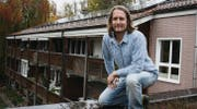 René Hirschi half mit, die neue Photovoltaikanlage auf dem Dach der Wohnungen im Ökodorf Sennrüti zu installieren. (Bild: Donat Beerli)