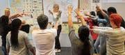 Die Kursteilnehmer lernen einzelne Wörter kennen: visuell, auditiv und eben auch kinästhetisch. (Bild: Andrea Häusler)