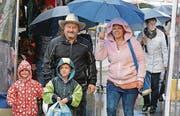 Schirm auf und durch: Die Diepoldsauerinnen und Diepoldsauer haben sich wegen dem Regen die gute Laune nicht verderben lassen. (Bilder: Kurt Latzer)