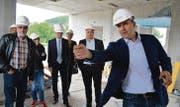Gemeindepräsident Lucas Keel führt Mitglieder des Gewerbevereins durch die Baustelle und beantwortet ihre Fragen. (Bilder: Urs Bänziger)