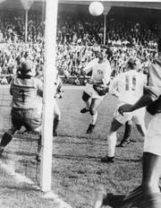 Dieter Rüfli (Bildmitte) Mitte der 1960er-Jahre im Einsatz für den FC Zürich gegen Chiasso. (Bild: ky)