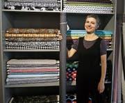Bernadette Räss vor ihren Stoffen im neuen Laden. (Bild: Leonardo Da Riz)