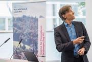 Bankenprofessor Andreas Dietrich vom IFZ stellt die neue Retailbanken-Studie vor. (Bild: Nadia Schärli (Zug, 16. November 2017))