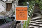 Ein Schild kündigt die Sperrung der Treppe ab Montag an. (Bild: Urs Voegeli)