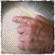 Das Buch «Halacha», Ben-Chorins «Wegweiser». (Bild: Benjamin Manser (Benjamin Manser))