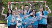 Die Handballsiegerinnen aus dem Schulhaus St. Leonhard-Tschudiwies mit ihrer Trainerin Karin Fankhänel. (Bild: Miryam Koc)