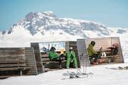 Skifahrer machen Pause im Skigebiet Davos Klosters. (Bild: GIAN EHRENZELLER (KEYSTONE))