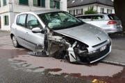Der Sachschaden am total beschädigten Auto und der Strassenlampe beläuft sich auf rund 15'000 Franken. (Bild: Kapo SG)