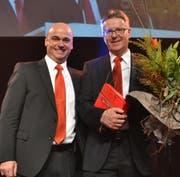 Bankleiter Urban Koller (links) verabschiedet Peter Haab. (Bild: Peter Jenni)