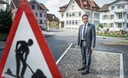 Gemeindepräsident Aurelio Zaccari auf der Baustelle an der Dorfstrasse. Er will die Umgestaltung nochmals überdenken. (Bild: Michel Canonica)