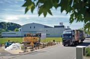Baustelle Kühlhaus: Dereinst, wenn im Osten Gossaus der Autobahnanschluss gebaut wird, hat das Kühlhaus den Betrieb längst aufgenommen. (Bild: Ralph Ribi)