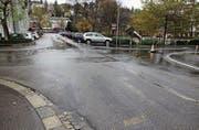 Die Kreuzungen der Vadian- mit der Pestalozzi- und der Kesslerstrasse wurden vor einigen Jahren nach schweren Unfällen für Velofahrer speziell markiert (obere Reihe). Jetzt gilt hier Tempo 30, ohne Rechtsvortritt und spezielle Markierungen. (Bilder: Reto Voneschen (10. Juli 2011/29. Oktober 2017))