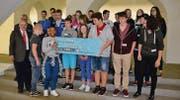 Die Realklasse der Oberstufe Nesslau freut sich über die 1000 Franken, welche in die Klassenkasse fliessen. (Bild: Dominic Engler)