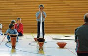Ausprobieren gehört zum Brauchtumscamp: Das Alphornspielen ist eine Kunst, die viel Übung bedarf. (Bilder: Michael Hug)