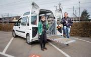 Romano Boscardin und Cecile Egli fahren neuerdings Rollstuhlfahrer durch die Gegend. (Bild: Urs Bucher)