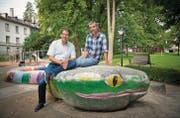 Marco Neuhaus (l.) und Andreas Rimle auf der Schlange im Stadtpark: Hier soll der geplante Spielweg vorbeiführen. (Bild: Ralph Ribi)