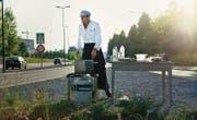Maurice Maggi sucht sich nicht nur das Essen im Freien, manchmal bereitet er es auch dort zu. Wie hier bei einer Zürcher Autobahnausfahrt. (Bild: Juliette Chrétien/AT-Verlag)