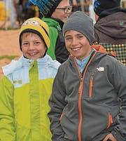 Der Kälte am Sonntag getrotzt: Zwei von vielen «Täfelibuebe» beim Schwingfest.