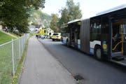 Währenddem der Busfahrer den Mofafahrer überholte, schwenkte dieser nach links und kollidierte mit dem Bus. (Bild: Kapo SG)