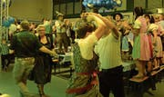Ausgelassene Stimmung mit Tanzen und Klatschen auf den Festbänken. (Bilder: Christine Gregorin)