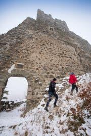 Unterwegs entlang einer der imposanten Aussenmauern der Ruine Ramschwag. (Bild: Urs Bucher)