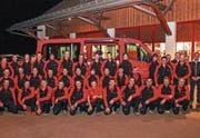 Die Mannschaft der Feuerwehr Mosnang zeigt sich mit ihrem neuen Mannschaftstransporter. (Bild: PD)