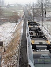 Ein Zug der S8 nähert sich auf dem Weg nach Süden der Thurbrücke in Ulisbach. (Bild: Martin Knoepfel)