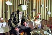 Ein Sinn für (Wort-)Spiele: Peter Licht will nicht erkannt werden und versteckt sich deshalb gern – diesmal hinter einer fliegenden Tasse. (Bild: Christian Knieps)
