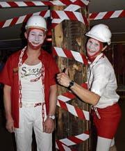 Die zwei Herren sind passend zum Motto «Baustelle» verkleidet. (Bild: PD)