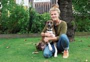 Der ehemalige Strassenhund Feliz folgt Anja Näf aufs Wort. (Bild: Anina Gächter)